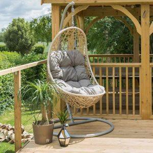 Ghế xích đu là 1 trong những vật dụng trang tri ngoại thất sân vườn quen thuộc