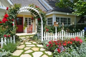Vườn hoa trước nhà, len lỏi trong hàng rào sẽ giúp căn nhà của bạn trở nên nên thơ hơn, lãng mạng hơn.