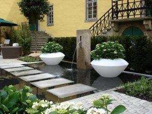 Hồ nước thường được chọn nhiều trong các thiết kế ngoại thất sân vườn hiện nay