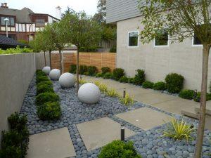 ngoại thất sân vườn đầy cây xanh, đá sỏi