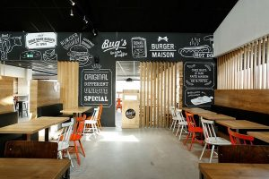 Chọn 1 vài lựa chọn điểm nhấn ấn tượng và sáng tạo cho nội thất bên trong quán ăn như: hình vẽ, chữ, logo..