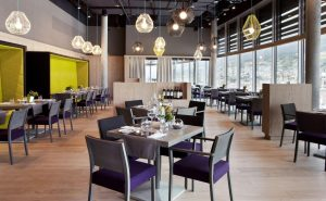 nhà hàng được trang trí với đa sắc màu nhưng vẫn ấn tượng