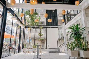 Trang trí quán ăn vặt với cây cối thiên nhiên, sân vườn thu nhỏ