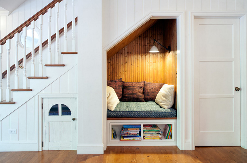 phòng đọc sách gầm cầu thang