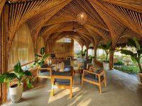 Phần tường dựng bằng tre cùng với trần nhà là những cây tre uốn nghệ thuật tạo nên nét đẹp riêng
