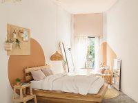 Thiết kế phòng ngủ tuy đơn giản, mộc mạc nhưng vẫn mang nét đẹp riêng nhờ các họa tiết trang trí trên tường.