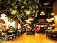 Nhờ vào không gian mở thoáng mát, ánh đèn lung linh sẽ giúp không gian nhà hàng trở nên thu hút hơn cả.