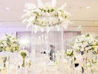 Sử dụng các loại hoa mang sắc trắng càng làm nổi bật thêm cho không gian nhà hàng tiệc cưới.
