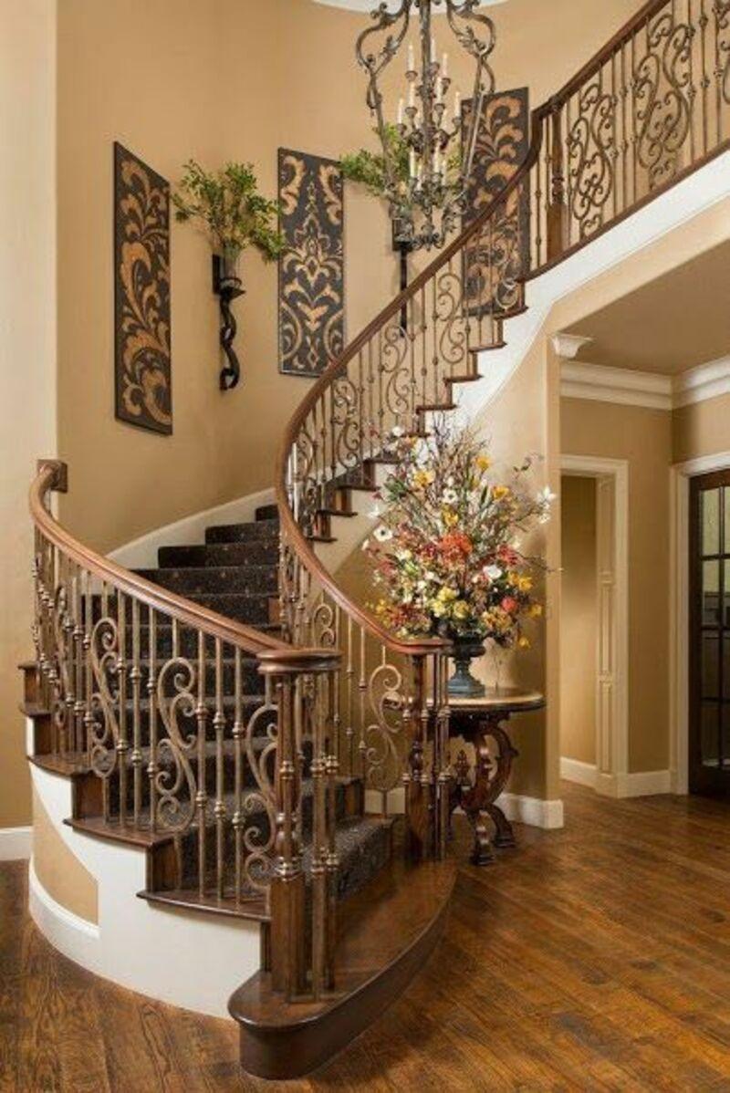 Cầu thang gỗ dạng cong mang lại nét đẹp tinh tế, uyển chuyển, tạo điểm nhấn ấn tượng cho căn nhà