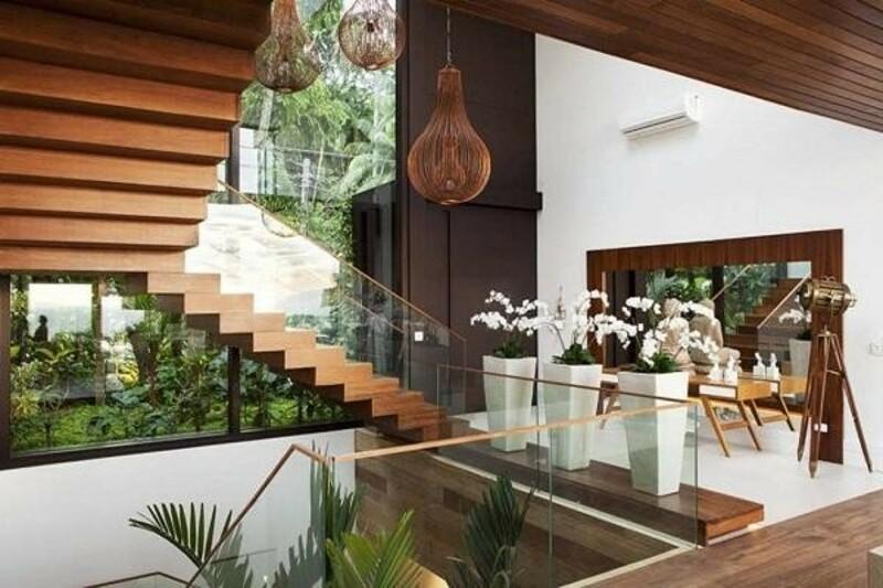 Sự kết hợp hài hoà giữa cầu thang gỗ, giếng trời và cây xanh