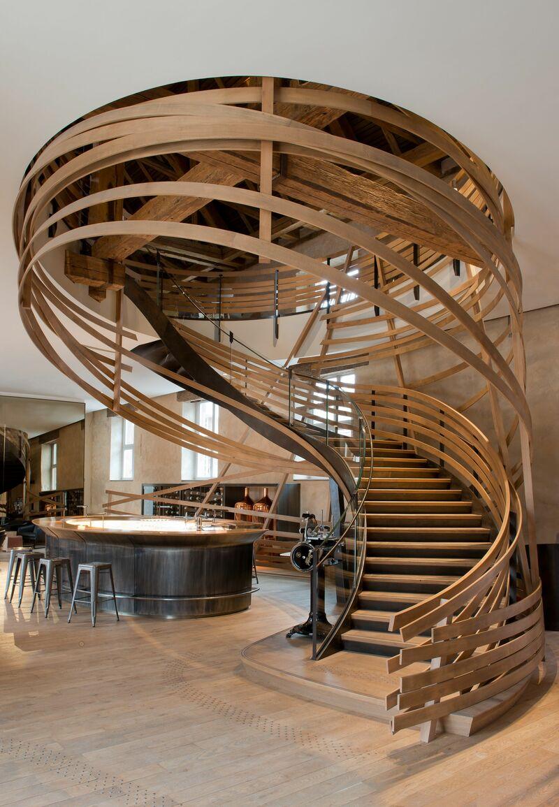 Cầu thang gỗ xoắn cách điệu tạo ấn tượng mạnh mẽ