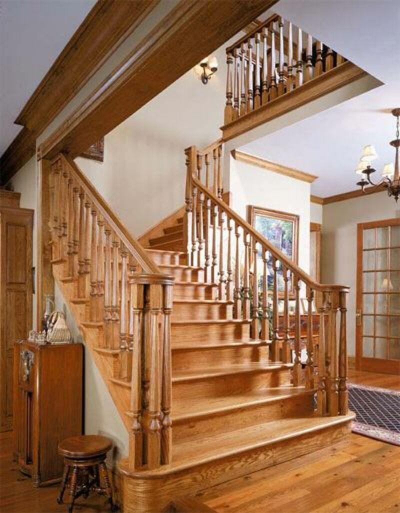 Cầu thang gỗ với các khối vuông được trạm trổ tỉ mỉ, tạo cảm giác sang trọng, đẳng cấp cho không gian nhà ở